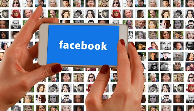 mobil v ruce a Facebook