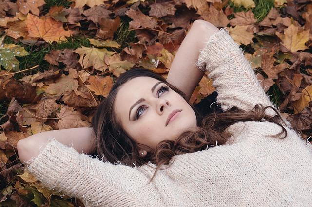 Žena ležící v listí
