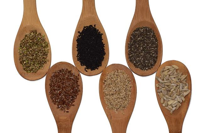 různá semena na vařečkách